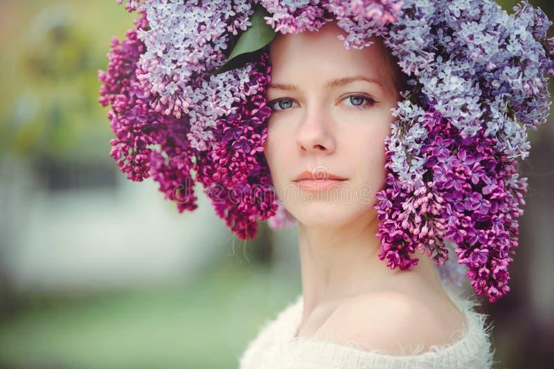 Utomhus- modefoto av en härlig ung blåögd kvinna Sömlös textur härlig blond flicka i lila blommor Doft med ett s royaltyfri fotografi