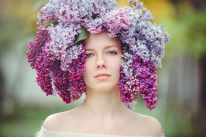 Utomhus- modefoto av en härlig ung blåögd kvinna Sömlös textur härlig blond flicka i lila blommor Doft med ett s royaltyfri foto