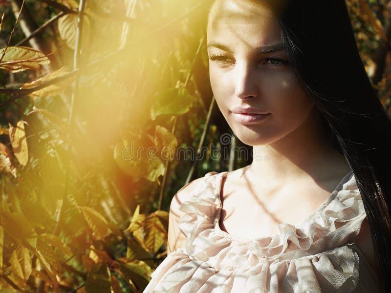 Utomhus- modefoto för livsstil av den unga härliga kvinnan royaltyfri foto
