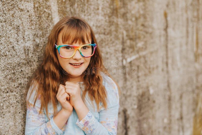 Utomhus- modestående av årig flicka rolig 9-10 royaltyfria foton