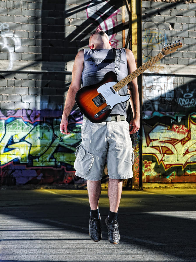 Utomhus- musikgitarrspelare arkivbilder