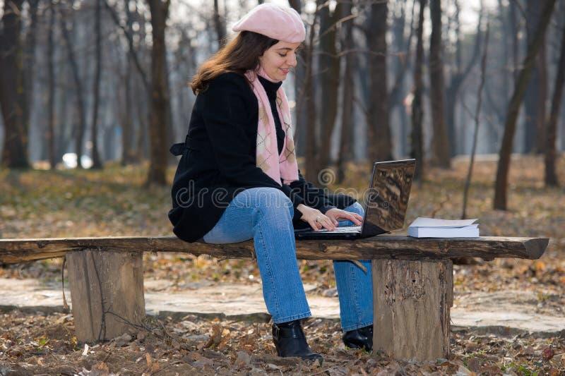 utomhus- nätt för flickabärbar dator royaltyfri bild