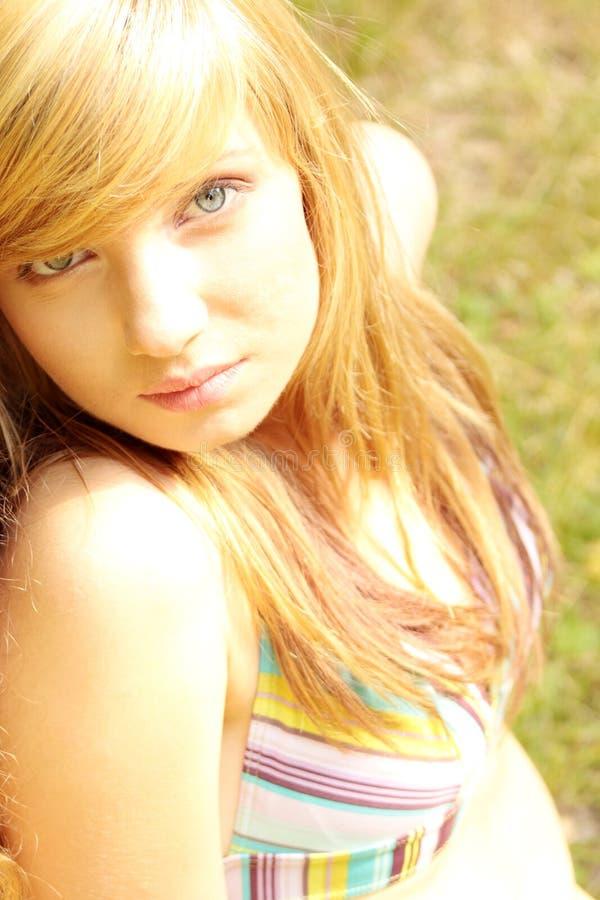 utomhus- nätt koppla av le för flickor fotografering för bildbyråer