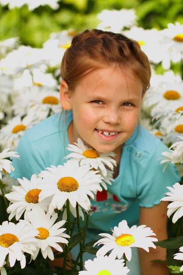 Utomhus- nätt liten flicka fotografering för bildbyråer
