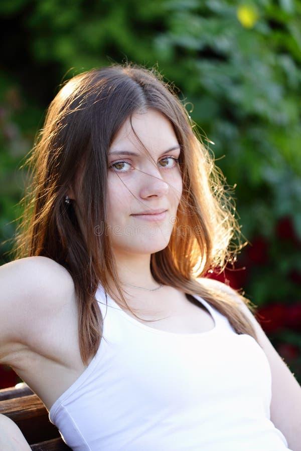 Utomhus- nätt ung kvinna arkivfoto