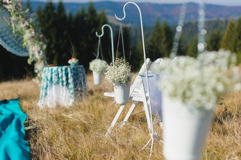 Utomhus- plats för bröllopceremoni på en berglutning royaltyfri bild