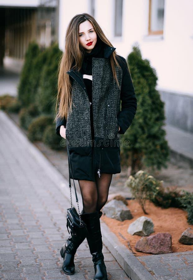 Utomhus- porttrait för höst av ungt nätt elegant posera för flicka royaltyfria foton