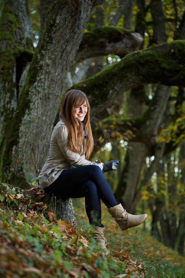 Utomhus- positiv kvinna fotografering för bildbyråer