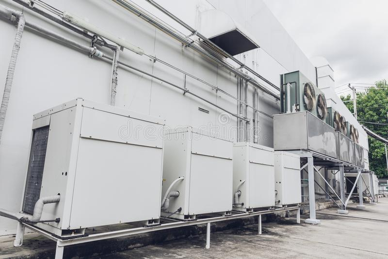 Utomhus- rad av enheten för spole för fan för kompressorHVAC-Chiller royaltyfri bild