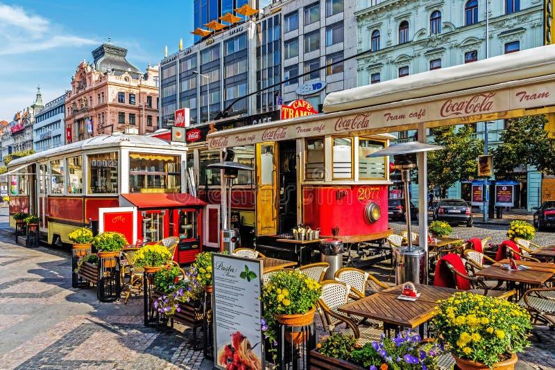Utomhus- restaurang på Wenceslas Square arkivbild
