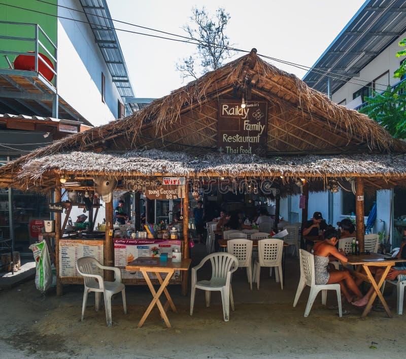 Utomhus- restaurangkafé på den Railay stranden, Thailand royaltyfria foton