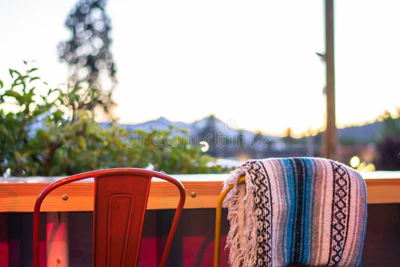Utomhus- restaurangstolar fotografering för bildbyråer