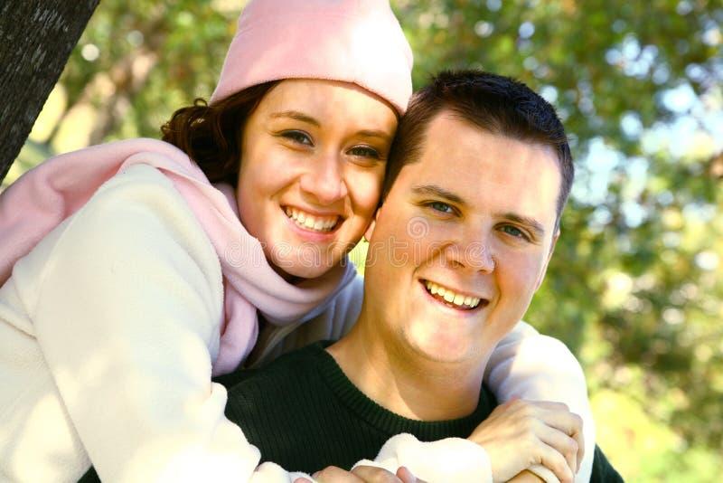utomhus- romantiskt le för par royaltyfria bilder