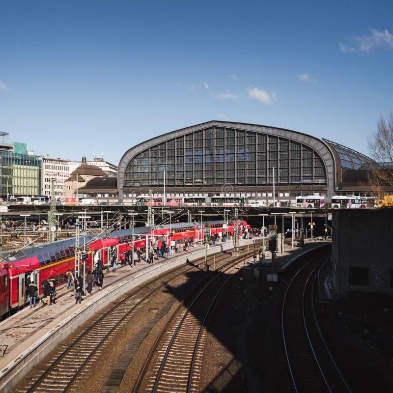 Utomhus- sikt av Hamburg Hauptbahnhof med drevet och stationen arkivbild
