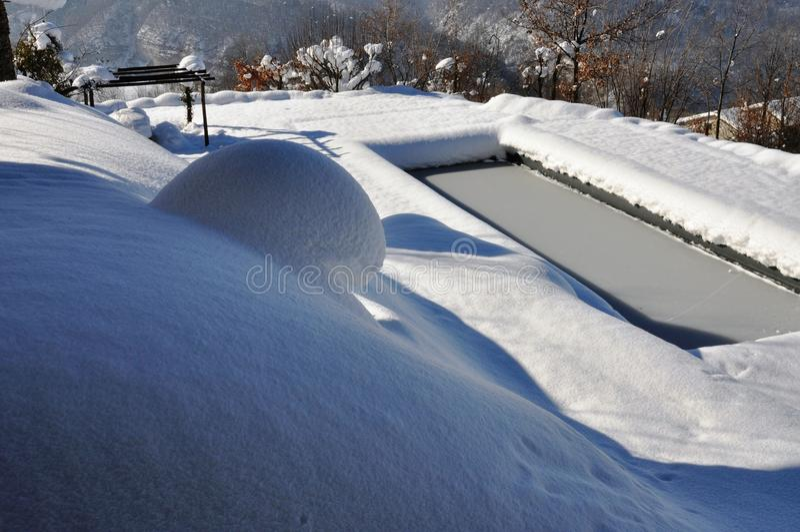 Utomhus- simbassäng i vinter royaltyfria bilder