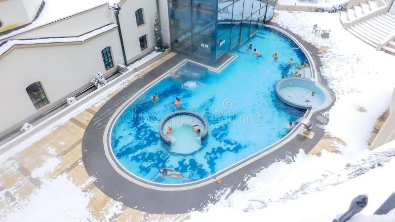 Utomhus- simbassäng med termiskt vatten royaltyfri bild