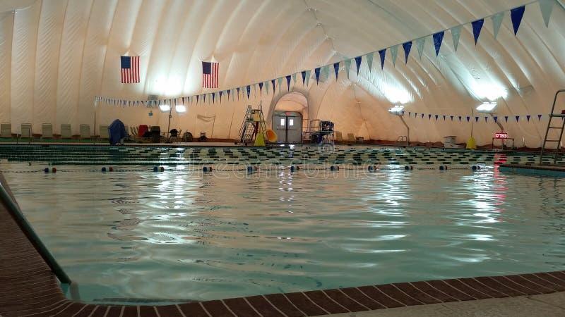 Utomhus- simbassäng som täckas för vinter av den uppblåsta bubblan royaltyfria bilder