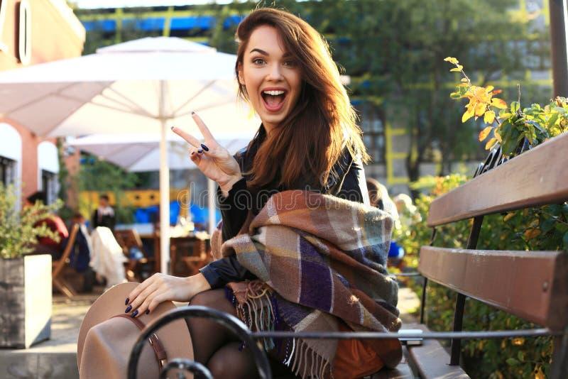 Utomhus- skönhetståendekvinna, modemodell, nätt flicka, gatastil royaltyfria foton