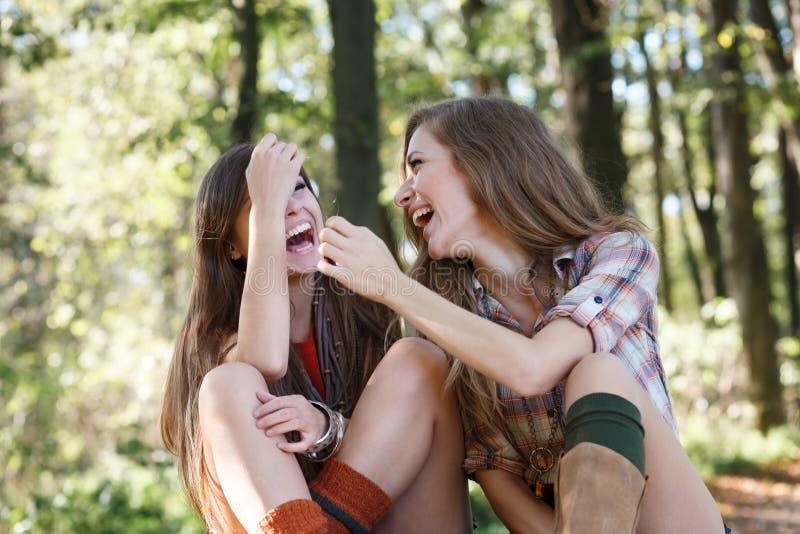 Utomhus- skratta för två flickvänner royaltyfri bild