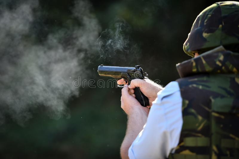 Utomhus- skytte med en 9mm pistol i en skjutbana royaltyfri foto