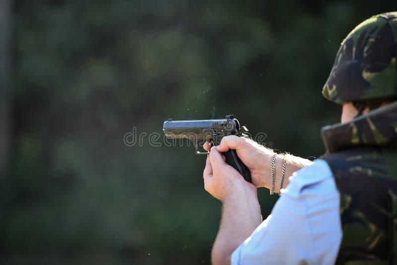 Utomhus- skytte med en 9mm pistol i en skjutbana arkivbilder