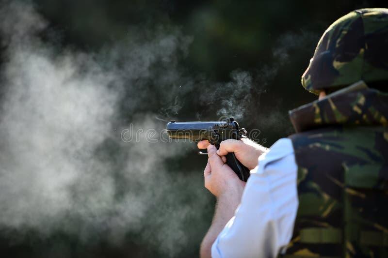Utomhus- skytte med en 9mm pistol i en skjutbana royaltyfri fotografi