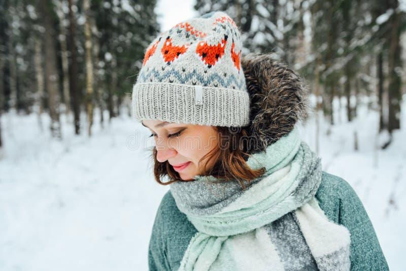 Utomhus- slut upp ståenden av den unga härliga lyckliga flickan, bärande stilfull stucken vinterhatt royaltyfri foto