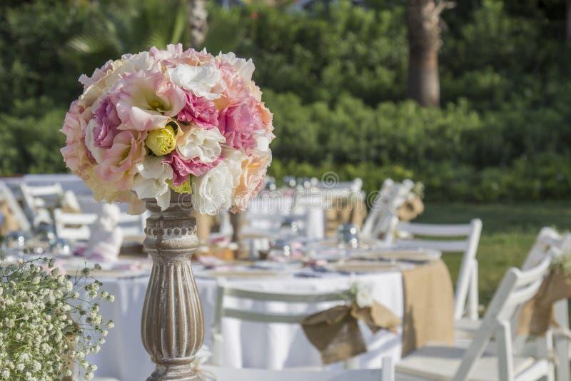 Utomhus- sommarbrölloptabell som ställer in fotografering för bildbyråer