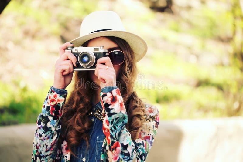 Utomhus- sommarlivsstilstående av den nätta unga kvinnan som har gyckel i staden fotografering för bildbyråer