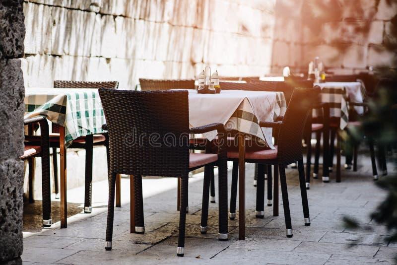 Utomhus- sommarrestaurangtabell arkivbild