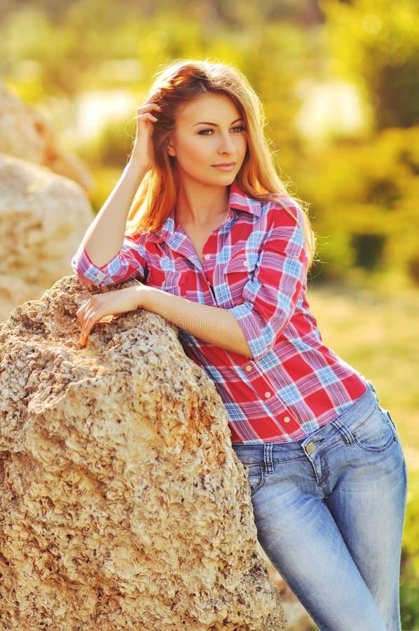 Utomhus- sommarstående av den unga nätta gulliga blonda flickan Härlig kvinna som poserar i vår royaltyfri foto