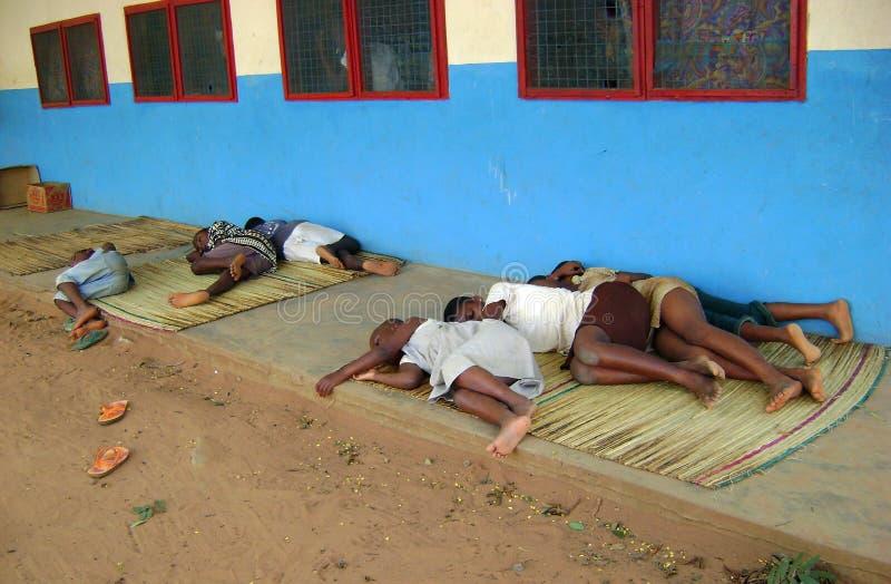 utomhus- sova för afrikanskt barn fotografering för bildbyråer