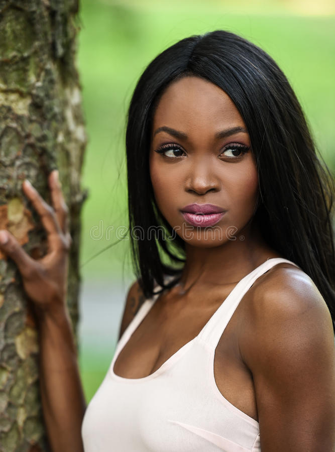 Utomhus- stående av afrikansk amerikankvinnan royaltyfria foton