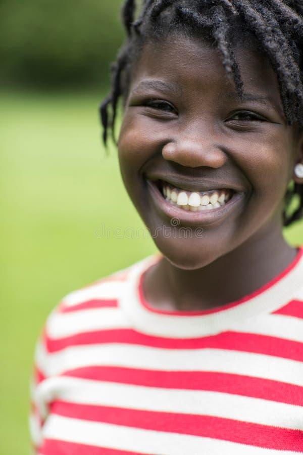 Utomhus- stående av att le den tonårs- flickan arkivfoton
