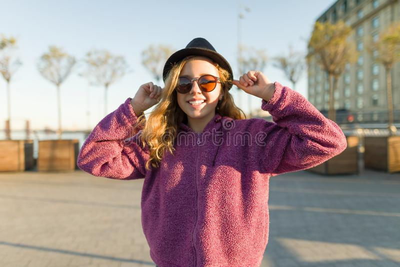 Utomhus- stående av att le tonårig flicka 13, 14 gamla år royaltyfria foton