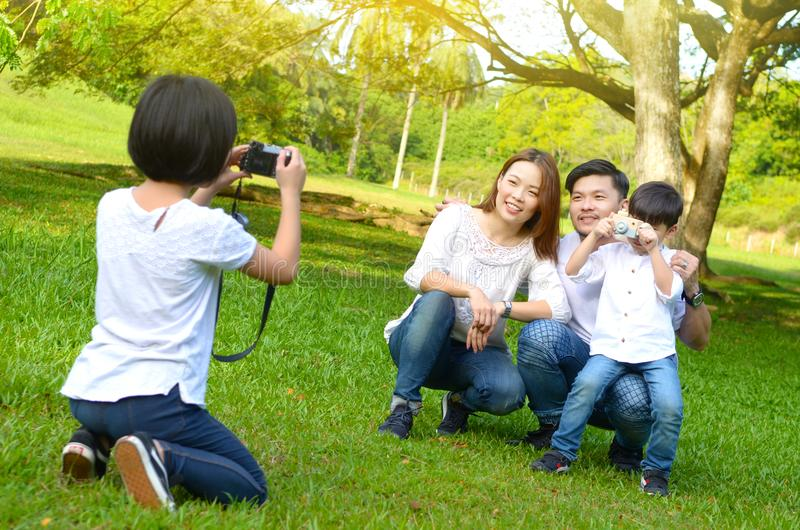Utomhus- stående av den asiatiska familjen arkivbild