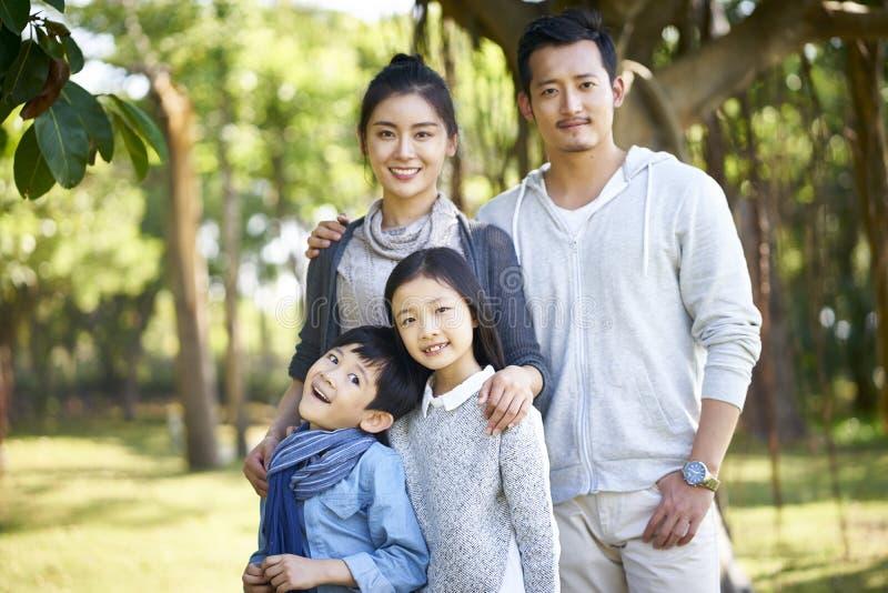 Utomhus- stående av den asiatiska familjen royaltyfria bilder