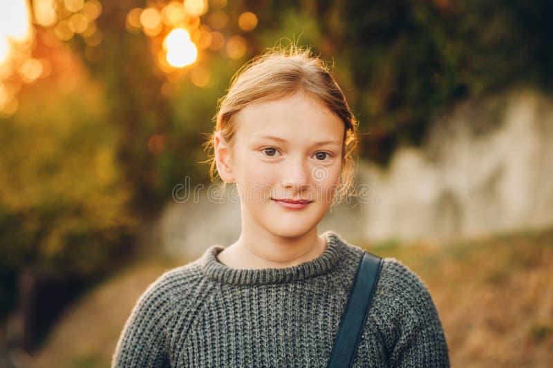 Utomhus- stående av den förtjusande flickan fotografering för bildbyråer