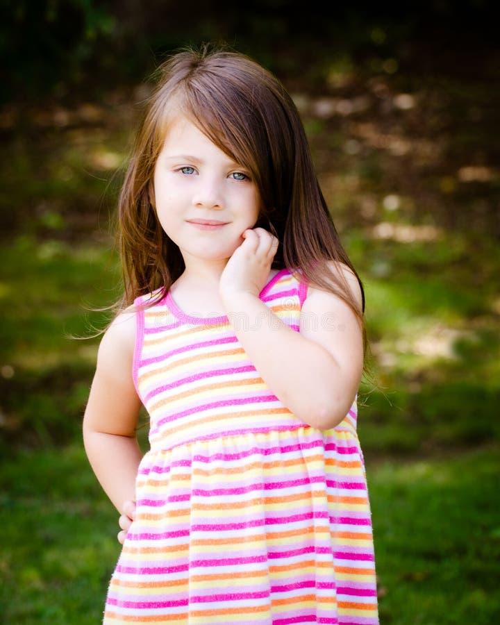 Utomhus- stående av den gulliga ung flicka royaltyfri foto