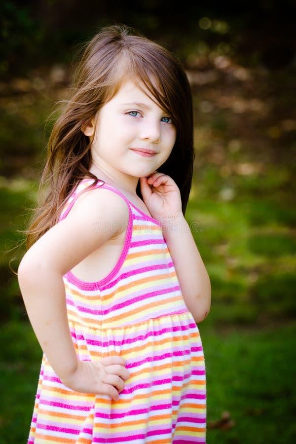 Utomhus- stående av den gulliga ung flicka royaltyfri bild