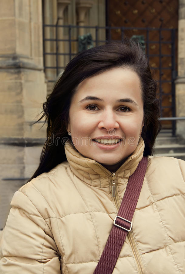 Utomhus stående av den härliga brunetten för ung kvinna med charmin royaltyfria foton