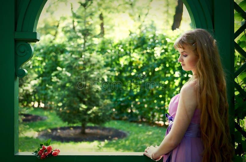 Utomhus stående av den härliga flickan arkivbilder