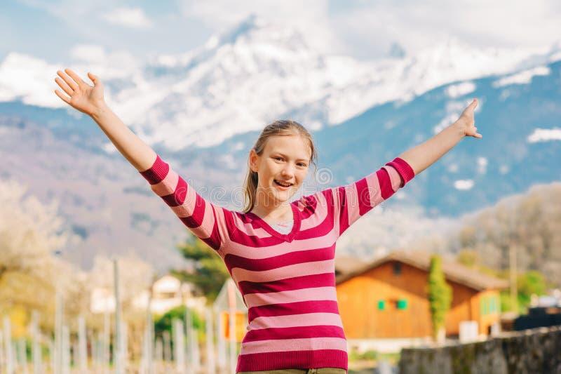 Utomhus- stående av den lyckliga unga tonårs- flickan som fotvandrar i berg arkivbild