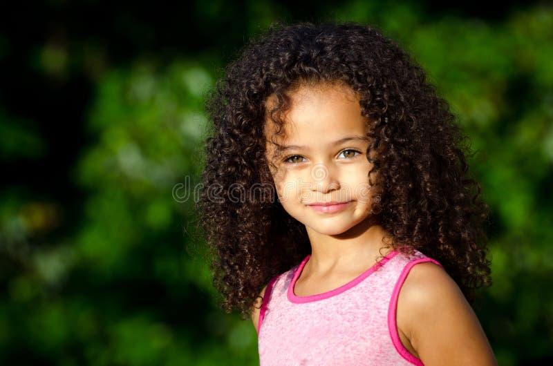Utomhus- stående av den nätt flickan för blandad race arkivfoto