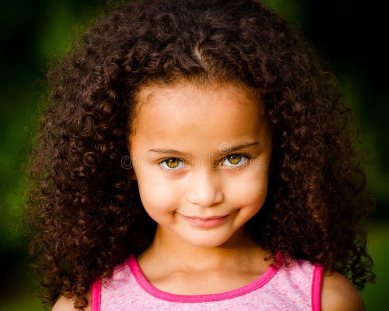 Utomhus- stående av den nätt flickan för blandad race royaltyfri foto