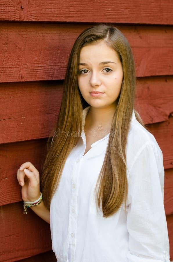 Utomhus- stående av den nätta unga tonåriga flickan royaltyfri fotografi