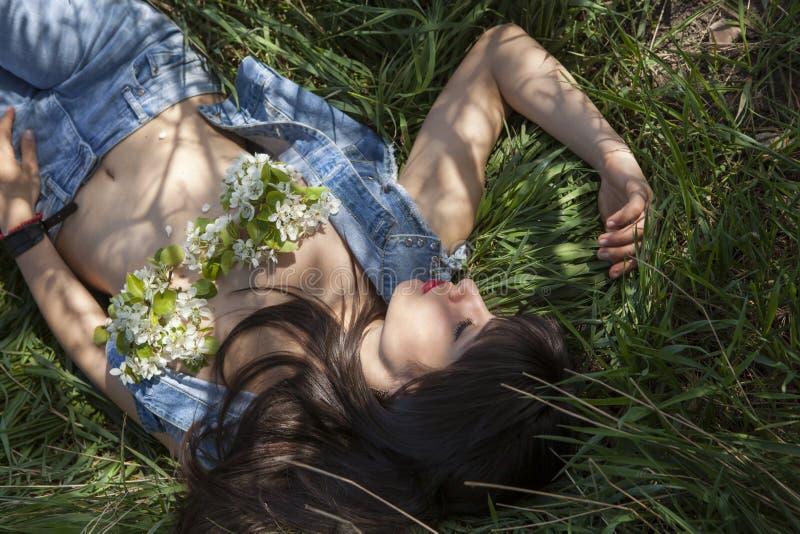 Utomhus- stående av den sexiga kvinnan arkivbilder