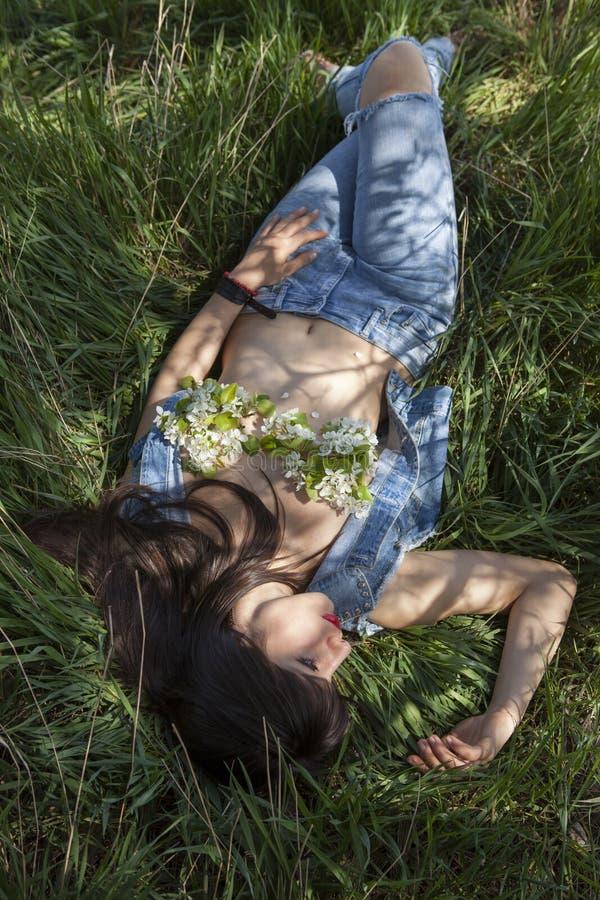 Utomhus- stående av den sexiga kvinnan royaltyfri fotografi
