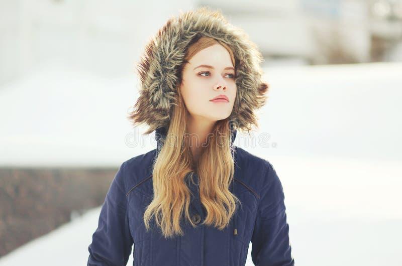 Utomhus- stående av den stilfulla flickan för hipster arkivbilder