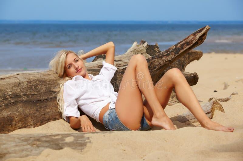 Blond flicka på strand arkivfoton